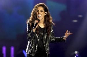 Malú canta durante la gala de los Premios 40 Principales